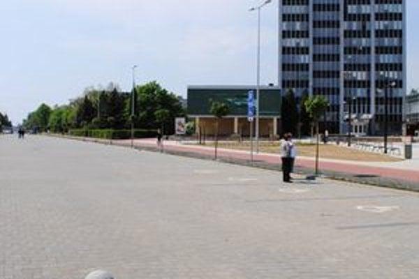 Štefánikova ulica bude naďalej parkoviskom. Trhovníci budú predávať len na okraji ulice 3 dni v týždni.