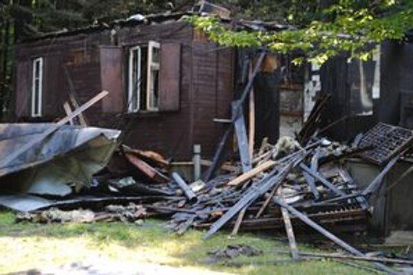 Chata zhorela úplne do tla. Úmyselne ju zapálil neznámy páchateľ.