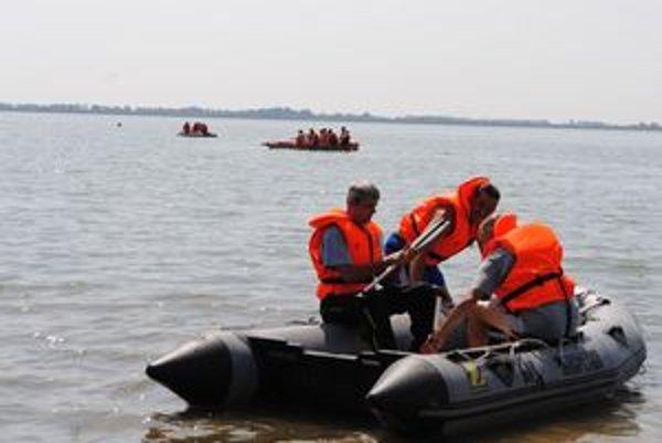 Hasiči. Trénovali záchranu topiacich sa aj likvidáciu ekologických havárií na vode.