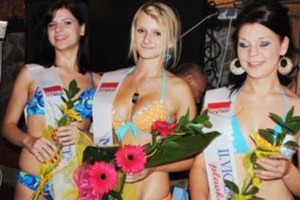 Miss plavky. Zľava I. vicemiss Julianna Spišáková, miss plavky Katarína Makovická (v strede) a II. vicemiss Ľubomíra Iľková.