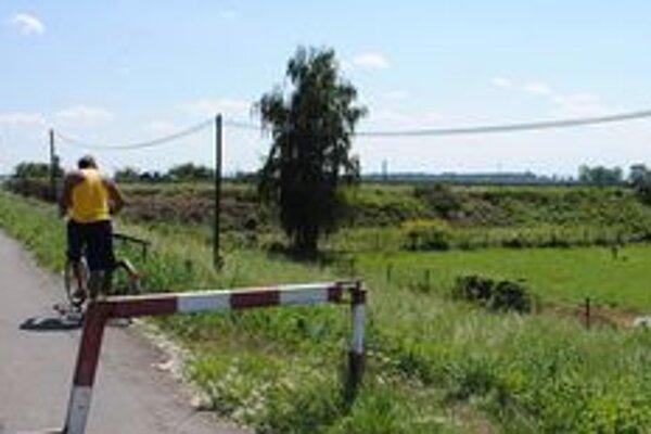 Miesto nálezu. Časti ľudskej kostry našli pri horovskom cintoríne, ktorý leží hneď pri hlavnej ceste na Michalovce.