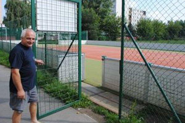 Multifunkčné ihrisko na Krymskej ulici je otvorené nonstop. Škola ho cez leto nezamyká.
