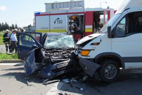 Zrážka dvoch vozidiel. Z osobného auta zostal len vrak.
