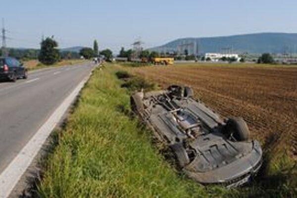 Audi. Vodič vyšiel zo zdemolovanej limuzíny sám.