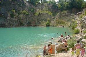 Zatopený lom pri Beňatine je obľúbeným rekreačným miestom.