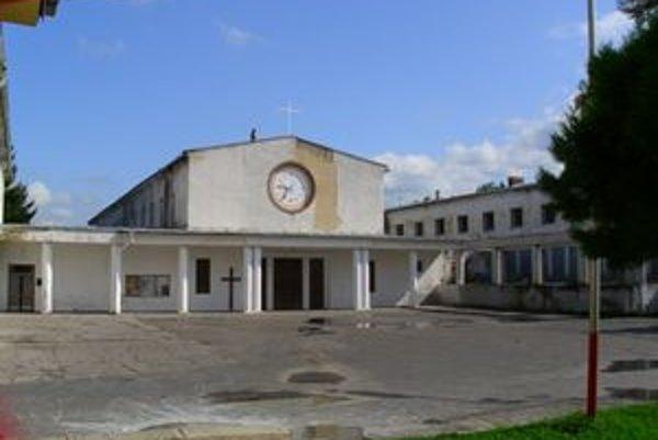 Pohľad z vonku. Rímskokatolícky kostol. Farnosť Božieho milosrdenstva na Sídlisku I v Snine.