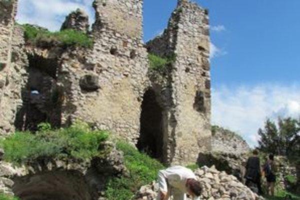 """Hrad nad Vinným. Z niekdajšej celej steny dvojpodlažného paláca s gotickým vstupným portálom zostali iba """"deravé zuby""""."""