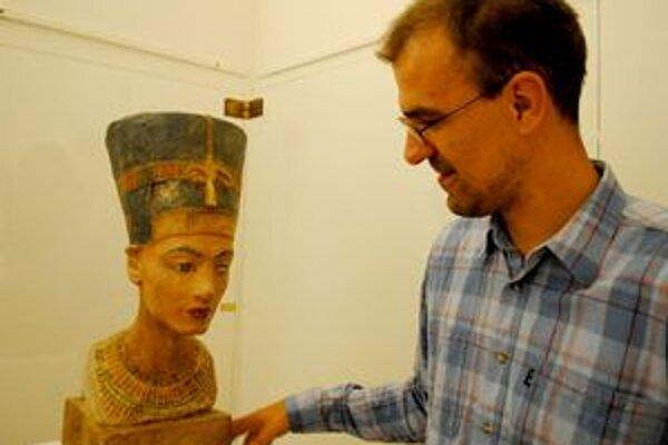 História Egypta. Medzi vystavovanými exponátmi nechýba aj replika busty známej egyptskej kráľovnej Nefertiti.