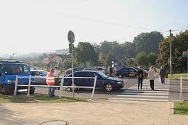 Dal prednosť chodcom. Vodič osobného auta zastal, druhý do neho narazil.
