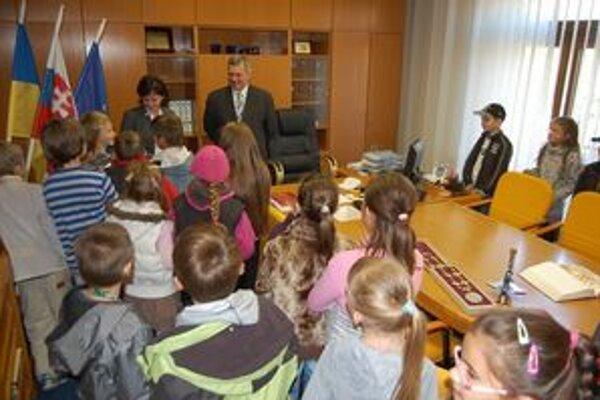 Na návšteve u primátora. Deti si mohli prezrieť kanceláriu primátora, pečať, aj posedieť v jeho stoličke.