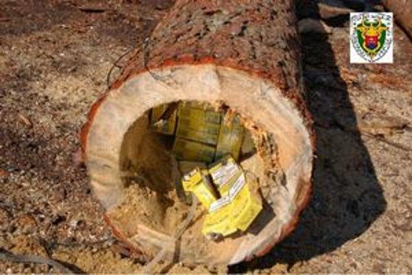 Colníci po rozrezaní dreva odhalili špeciálne úkryty.
