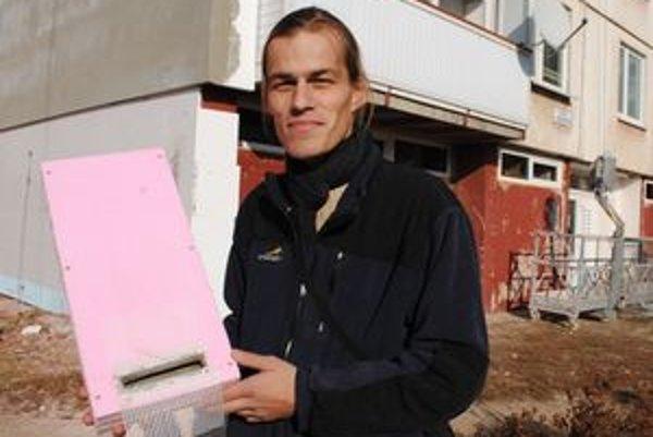 Špeciálne búdky. Pre netopiere zhotovili úkryty z polystyrénu. Ukazuje ochranár Martin Ceľuch.