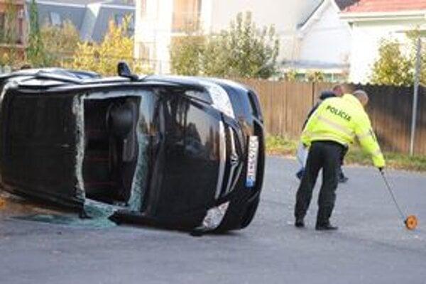 Prevrátené auto. Vodičku a spolujazdkyňu vytiahli michalovskí hasiči cez predné okno. Našťastie sa zranili iba ľahko.