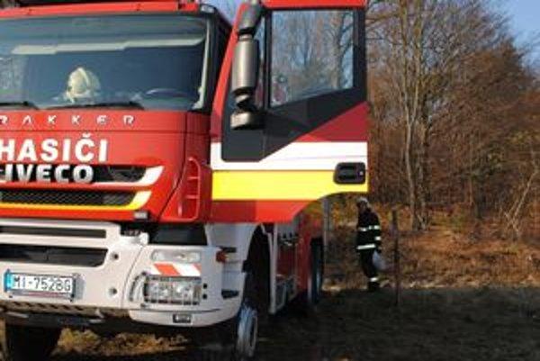 ZK_Poziar1_131111_KORNad cintorínom. Lesný požiar bol nad Lesným, povyše cintorína.