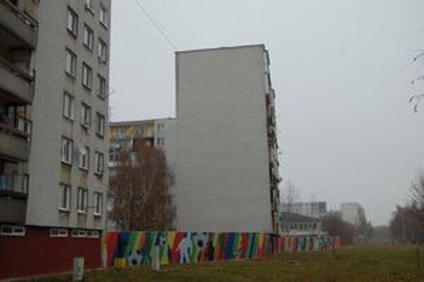Steny dostali novú podobu. Autor ich skrášlil pestrofarebnými siluetami športujúcich detí.