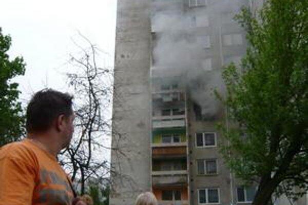 Požiar. Vypukol vo štvrtok večer v kuchyni jedného z bytov na 4. poschodí. Skončil bez zranení. Podľa našich informácii v byte žila v podnájme mladá rodina. V čase požiaru však neboli doma.