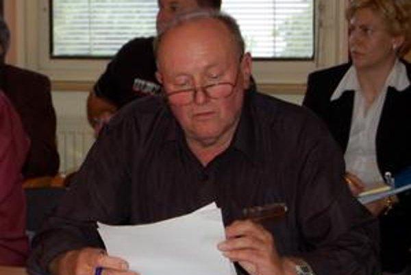 Predseda aj ocko uchádzača. Ján Vetrecin je poslancom a predsedom bytovej komisie. Jeho kolegovia nepovažujú za náhodu, že byt má dostať aj jeho syn...