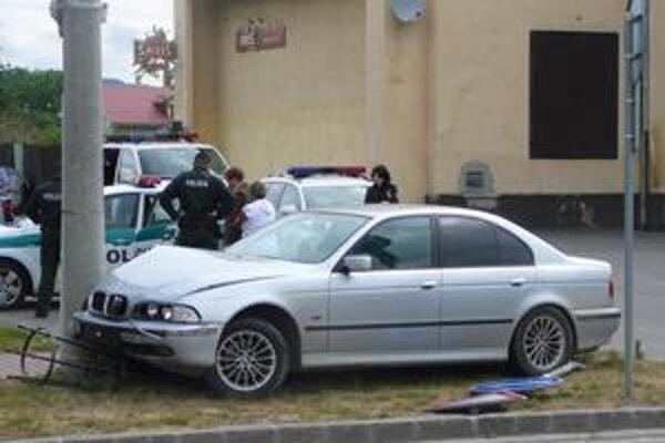 Rozbité auto. Opitý vodič BMW narazil do dvoch áut. Zastavil ho až stĺp verejného osvetlenia.
