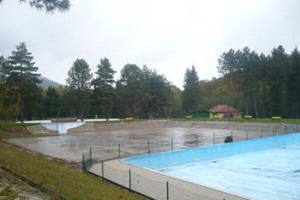 Bantice. Vodu z bazéna čistia filtráciou cez zeolitové podložie a vodnými rastlinami.
