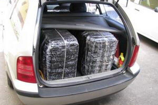 Pašované cigarety. Muž ich prevážal v osobnom aute v kufri a na zadných sedadlách.