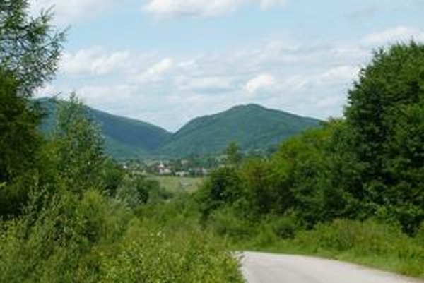 Uličská dolina je v najvýchodnejšom cípe Slovenska v lone Bukovských vrchov. Ľudia odtiaľ za prácou odchádzajú, ale najviac z nich zamestnáva LPM Ulič.