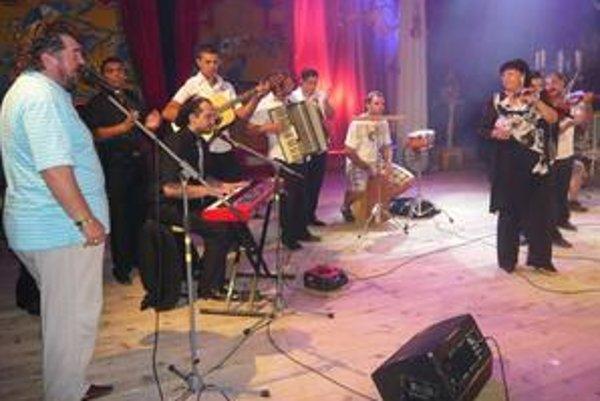 Úžasný záver. Ľubo Virág, Šani Sási, Marián Čekovský a Jarmila Kotlárová spolu s muzikantmi z Mariánovej kapely a Bartošovcami zo Žiaru nad Hronom.