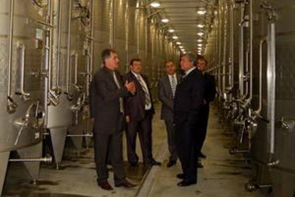 Srdce výrobne. Tieto obrovské nádrže pojmú 547-tisíc litrov tokajského vína.
