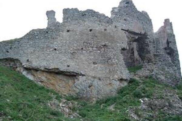 Dutina ohrozuje spodnú časť obranného múru Brekovského hradu.