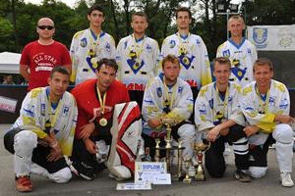 Michalovskí hokejbalisti si vychutnávali oslavu ďalšieho víťazstva.