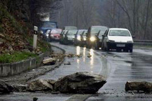 Na ceste pri Váhu v minulosti niekoľkokrát padli veľké kamene. Motoristi sa na diaľnicu aj preto tešia.