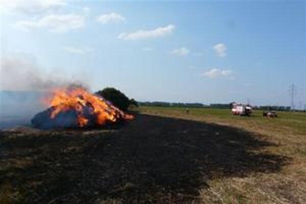 Poriadna vatra. Zhorela slama za 5-tisíc eur.