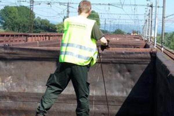 Lopaty a tyče. Takto to od stredy vyzerá na priechode v Maťovciach. Colníci kontrolujú vlaky manuálne - lopatami a tyčami.