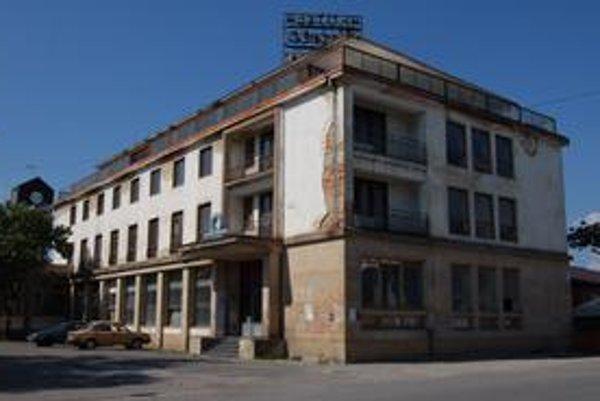Hotel Morské oko. Chátra v centre mesta už vyše 12 rokov. Podnikateľ plánuje jeho rekonštrukciu.