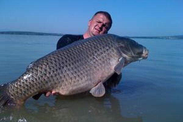 Rybár a úlovok. Marek Ivanco s kaprom, ktorý vážil viac ako 19 kíl.
