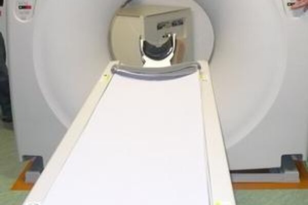 Pokazený. CT prístroj sa v Nemocnici A. Leňa pokazil koncom marca. Zhruba o mesiac by na pracovisku počítačovej tomografie už mali odborníci vyšetrovať pacientov na novom.