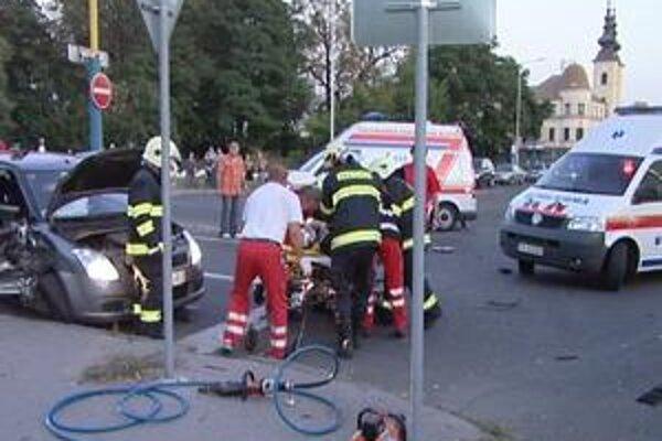 BMW narazilo do bočnej časti suzuki. Vodičov zdravotný stav je vážny.