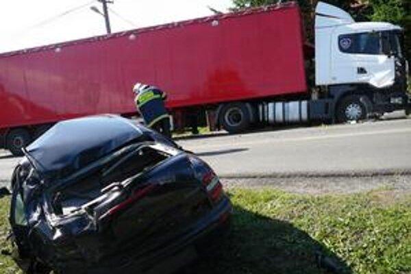 Kamión na chodníku. Falkušovčania hovoria o šťastí, že kamión ani auto nikoho nezranili.