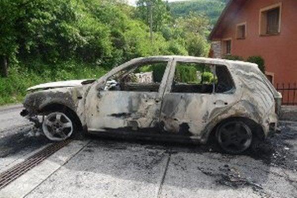 Zhorené auto v Čavoji.