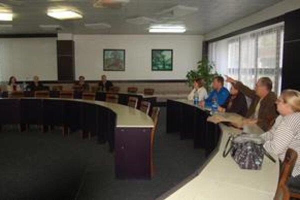 Zhromaždenie. Veľká sála zívala prázdnotou. Na stretnutie prišli len dve dôchodkyne.
