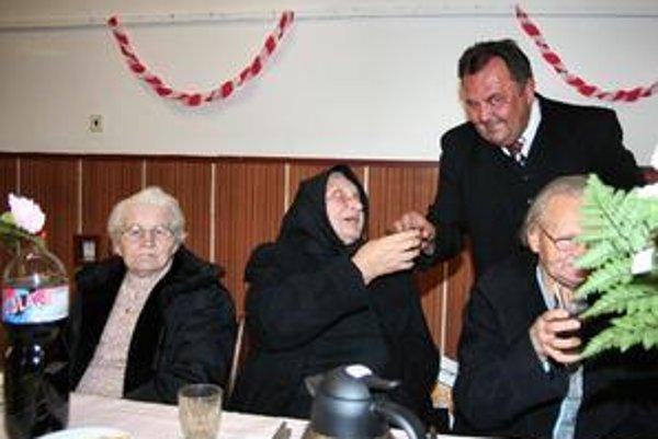 Jubilanti. Slávnostnú večeru im pripravili poslanci. Tí sa zahrali aj na čašníkov.