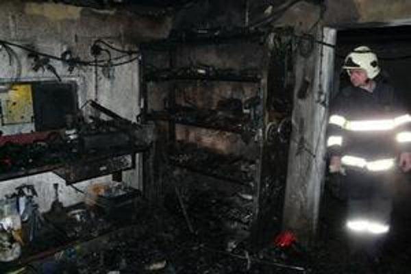 Požiar. Vypukol v tejto garáži, keď sa vznietili výpary z acetónu.