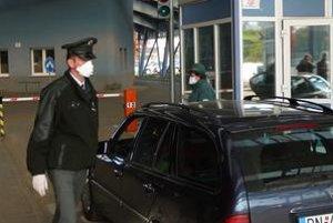 Na hranici s Ukrajinou mali colníci už včera nasadené rúška.