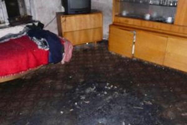 Miesto požiaru. Horieť začalo v strede izby. Muž sa obesil pred domom.