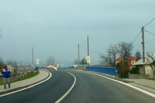 Nový most v Dlhom. Prechod stredom obce je doslova veľkolepý.