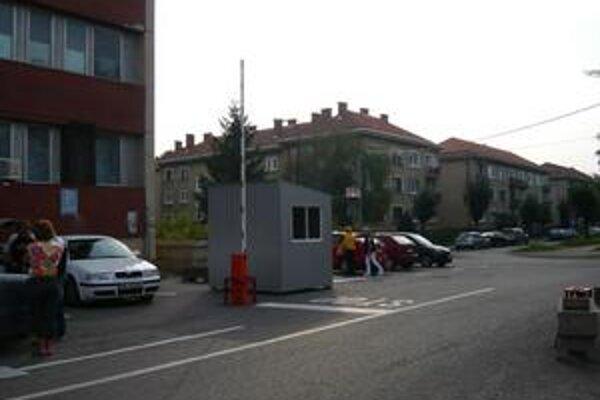 Pri poliklinike ho nemocnica A. Leňa vyberala len od 28. novembra. Od 21. decembra ho ruší po tlaku samosprávy a verejnosti.