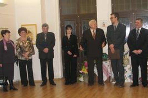Vernisáž. Diplomat a výtvarník J. Králik (tretí sprava).