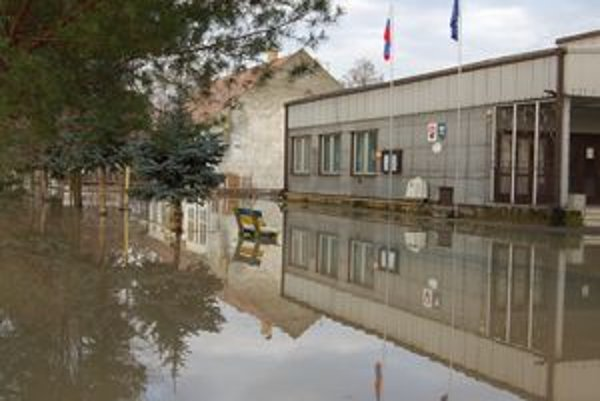 V Bunkovciach v okrese Sobrance zaliala voda z Okny počas sviatkov centrum obce.