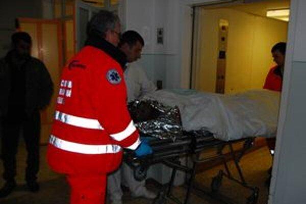 Podľa spresnených informácií sa pri pondelkovom požiari zranilo deväť ľudí, ďalšie malé dieťa ošetrili v nemocnici, lebo sa nadýchalo splodín.