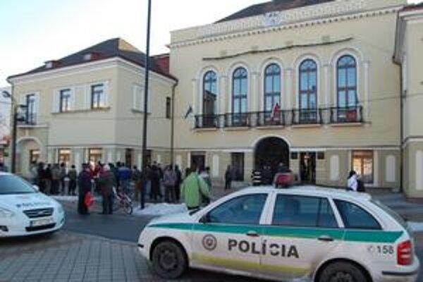 Osadníci pred úradom. Na poriadok dohliadala štátna a mestská polícia.