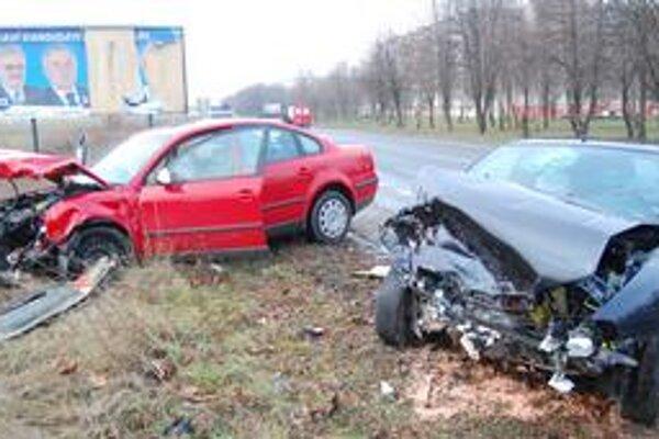 Zdemolované autá. Volkswagen aj fiat odhodilo po čelnom náraze mimo cesty. Dvaja ľudia sa zranili.